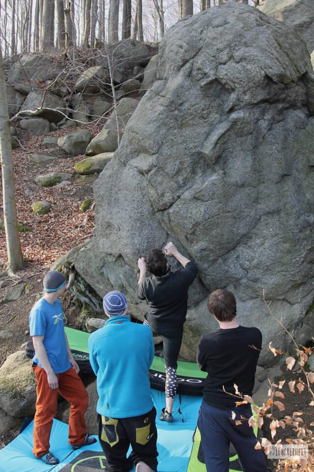 Odenwald_Gruppe beim Bouldern