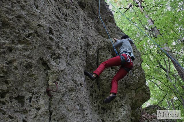 5 Tipps für Anfänger: So machst du schönere Fotos beim Klettern_Klassiker2: Man sieht Klettererin von unten